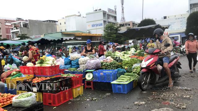 Tiểu thương lo lắng chuỗi ngày mưa bão sẽ làm giá rau tăng dài tới Tết - Ảnh 4.