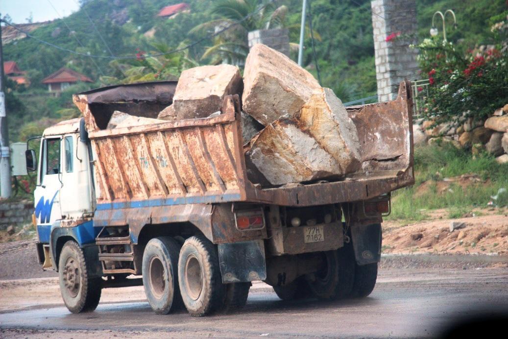"""Chuyện """"lạ"""" ở Bình Định: Dùng xe ben """"quá đát"""", hết kiểm định… thi công công trình nhà nước - Ảnh 4."""