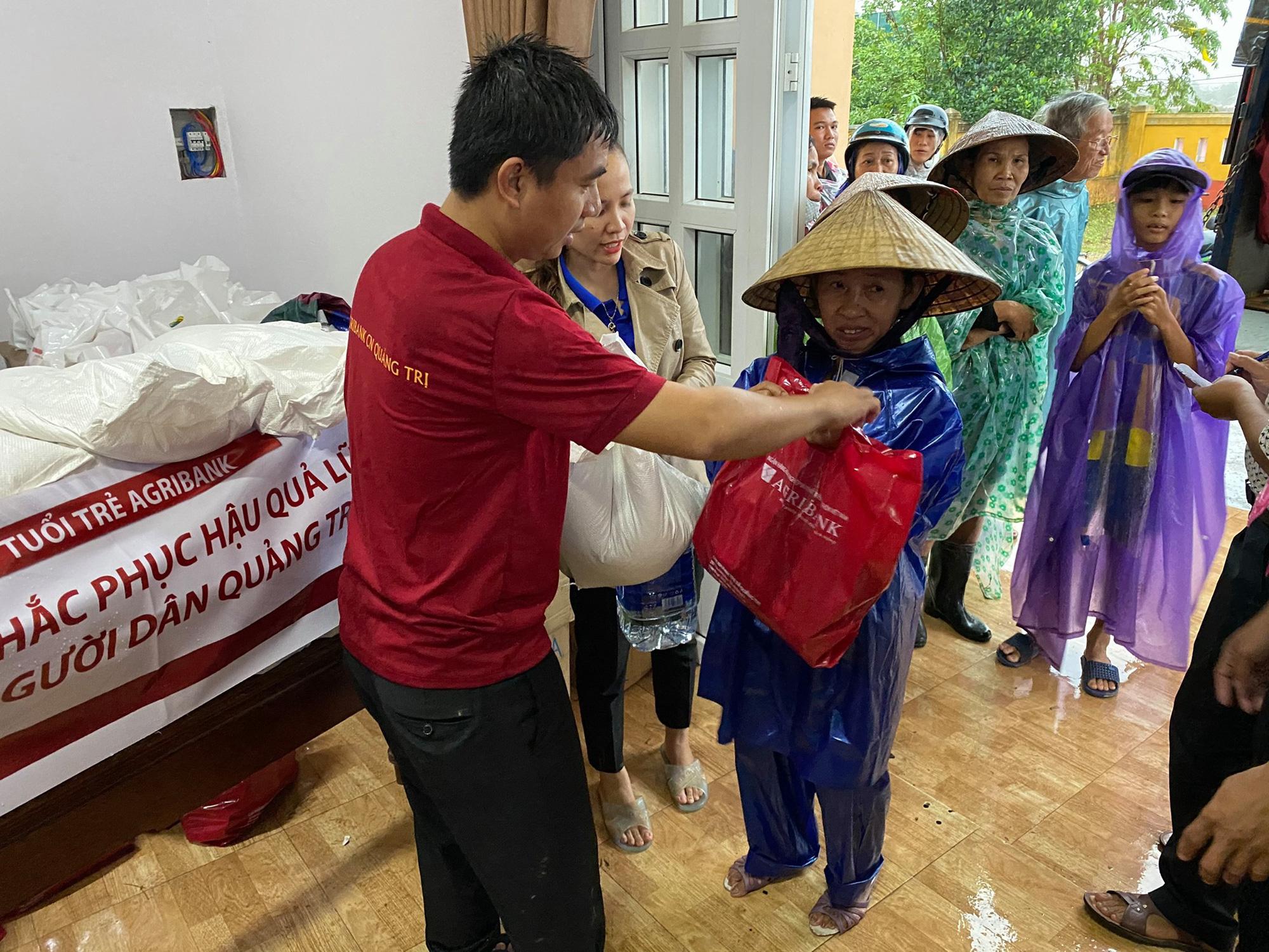Tuổi trẻ Agribank Quảng Trị chung tay khắc phục hậu quả do mưa lũ - Ảnh 4.