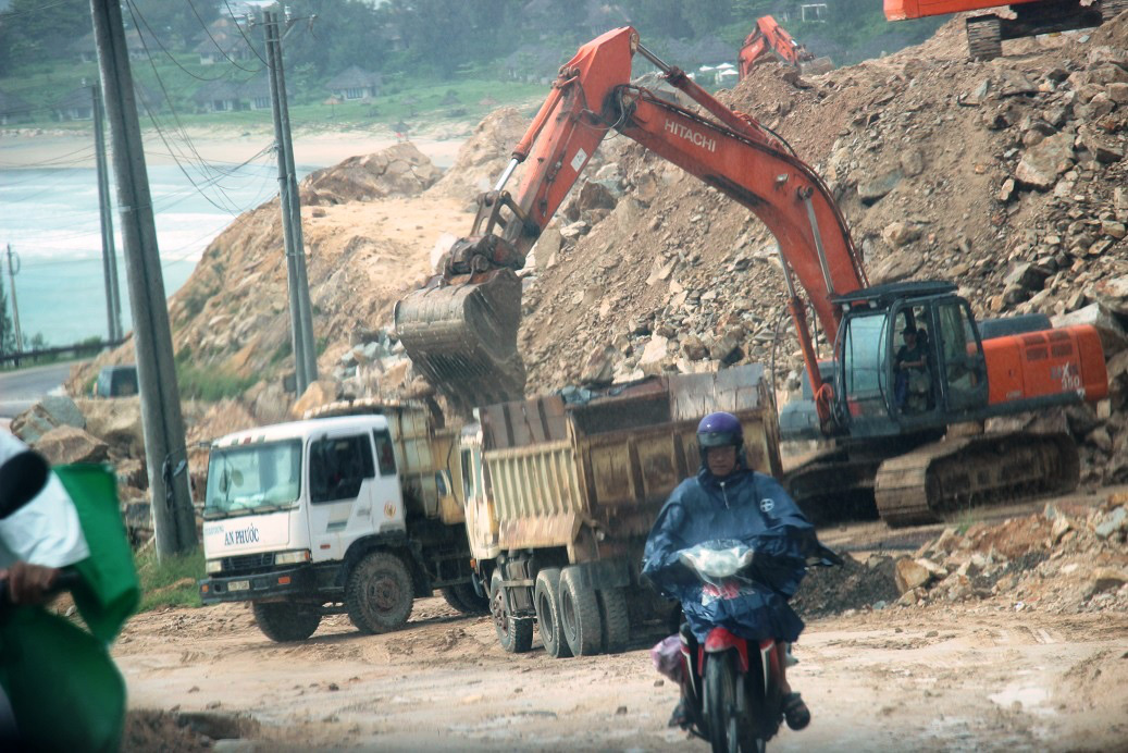 """Chuyện """"lạ"""" ở Bình Định: Dùng xe ben """"quá đát"""", hết kiểm định… thi công công trình nhà nước - Ảnh 6."""