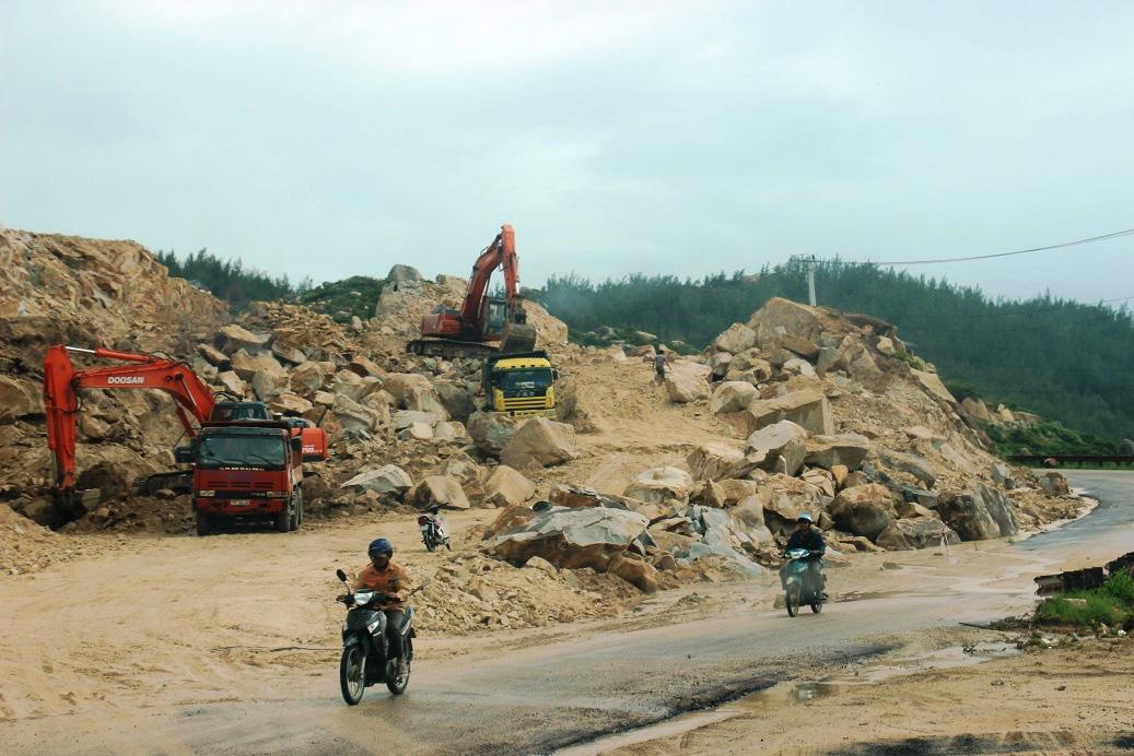 """Chuyện """"lạ"""" ở Bình Định: Dùng xe ben """"quá đát"""", hết kiểm định… thi công công trình nhà nước - Ảnh 7."""