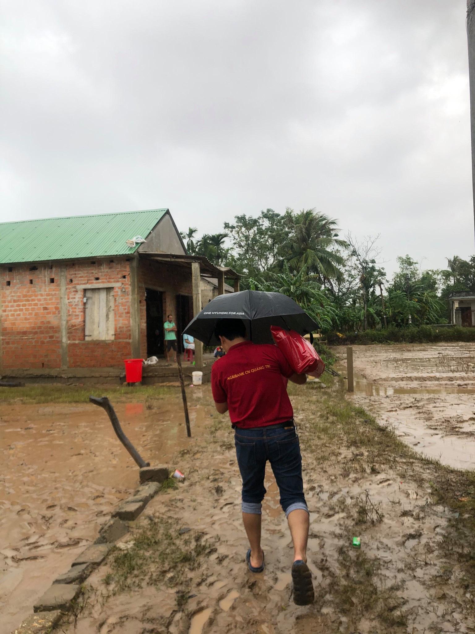 Tuổi trẻ Agribank Quảng Trị chung tay khắc phục hậu quả do mưa lũ - Ảnh 3.