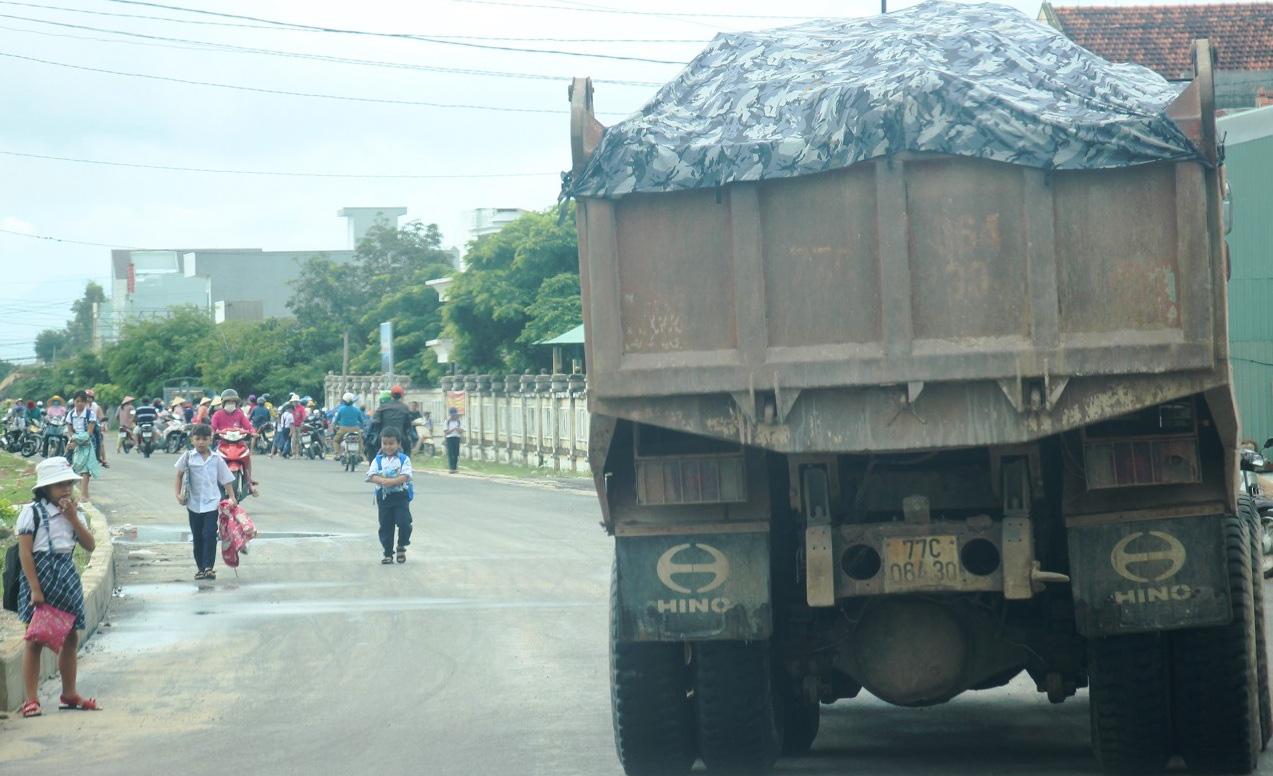 """Chuyện """"lạ"""" ở Bình Định: Dùng xe ben """"quá đát"""", hết kiểm định… thi công công trình nhà nước - Ảnh 9."""