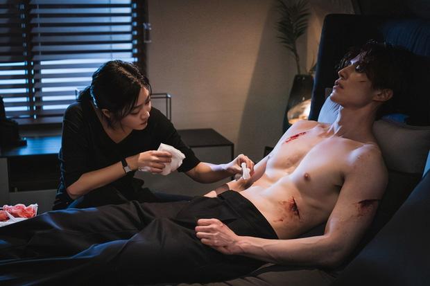 """""""Bạn trai tôi là hồ ly"""" tập 5: Lee Dong Wook cởi áo khoe thân, hôn tới tấp bạn gái - Ảnh 1."""