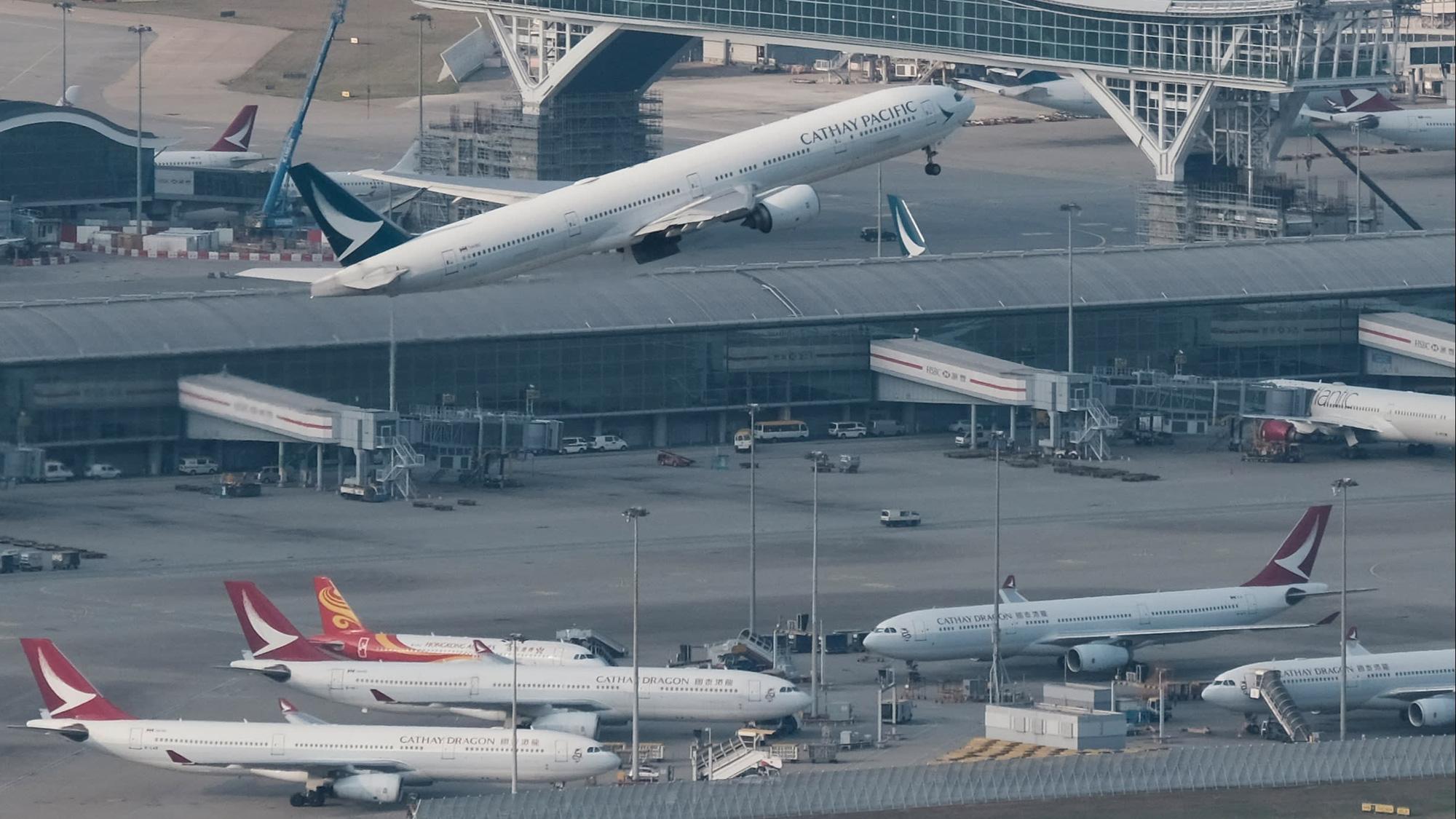 Lao đao vì dịch, hãng hàng không hàng đầu Hồng Kông cắt giảm 1/4 nhân sự - Ảnh 1.
