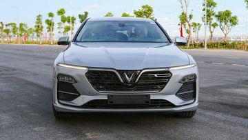 """VinFast LUX A2.0 thời thượng châu Âu """"đọ sức"""" Toyota Camry, ai hơn ai? - Ảnh 8."""