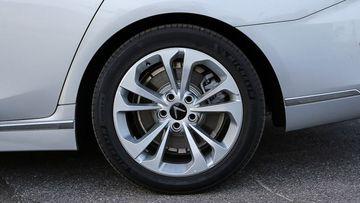 """VinFast LUX A2.0 thời thượng châu Âu """"đọ sức"""" Toyota Camry, ai hơn ai? - Ảnh 13."""