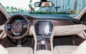 """VinFast LUX A2.0 thời thượng châu Âu """"đọ sức"""" Toyota Camry, ai hơn ai? - Ảnh 18."""