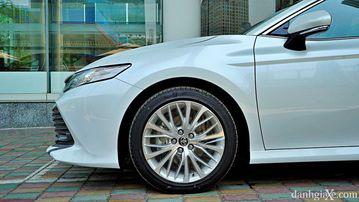 """VinFast LUX A2.0 thời thượng châu Âu """"đọ sức"""" Toyota Camry, ai hơn ai? - Ảnh 12."""