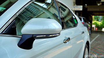 """VinFast LUX A2.0 thời thượng châu Âu """"đọ sức"""" Toyota Camry, ai hơn ai? - Ảnh 15."""