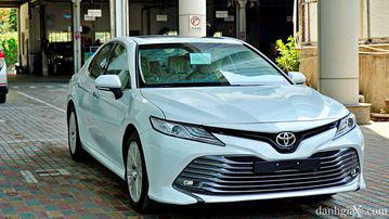 """VinFast LUX A2.0 thời thượng châu Âu """"đọ sức"""" Toyota Camry, ai hơn ai? - Ảnh 42."""
