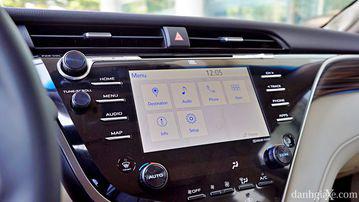 """VinFast LUX A2.0 thời thượng châu Âu """"đọ sức"""" Toyota Camry, ai hơn ai? - Ảnh 21."""