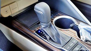 """VinFast LUX A2.0 thời thượng châu Âu """"đọ sức"""" Toyota Camry, ai hơn ai? - Ảnh 37."""