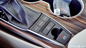 """VinFast LUX A2.0 thời thượng châu Âu """"đọ sức"""" Toyota Camry, ai hơn ai? - Ảnh 38."""