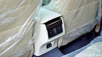 """VinFast LUX A2.0 thời thượng châu Âu """"đọ sức"""" Toyota Camry, ai hơn ai? - Ảnh 23."""