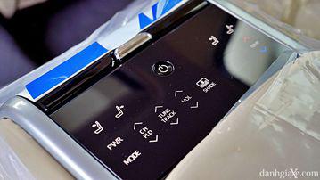 """VinFast LUX A2.0 thời thượng châu Âu """"đọ sức"""" Toyota Camry, ai hơn ai? - Ảnh 24."""