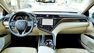"""VinFast LUX A2.0 thời thượng châu Âu """"đọ sức"""" Toyota Camry, ai hơn ai? - Ảnh 17."""