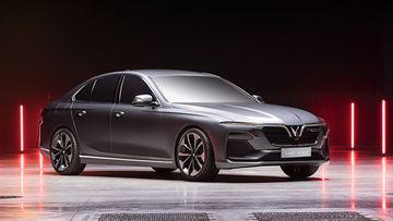 """VinFast LUX A2.0 thời thượng châu Âu """"đọ sức"""" Toyota Camry, ai hơn ai? - Ảnh 1."""