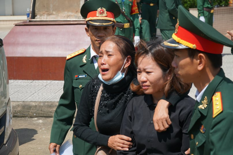 Đưa 22 liệt sĩ Đoàn 337 hy sinh ở Quảng Trị về quê nhà:  Tiếng khóc xé lòng của những người mẹ, người vợ - Ảnh 3.