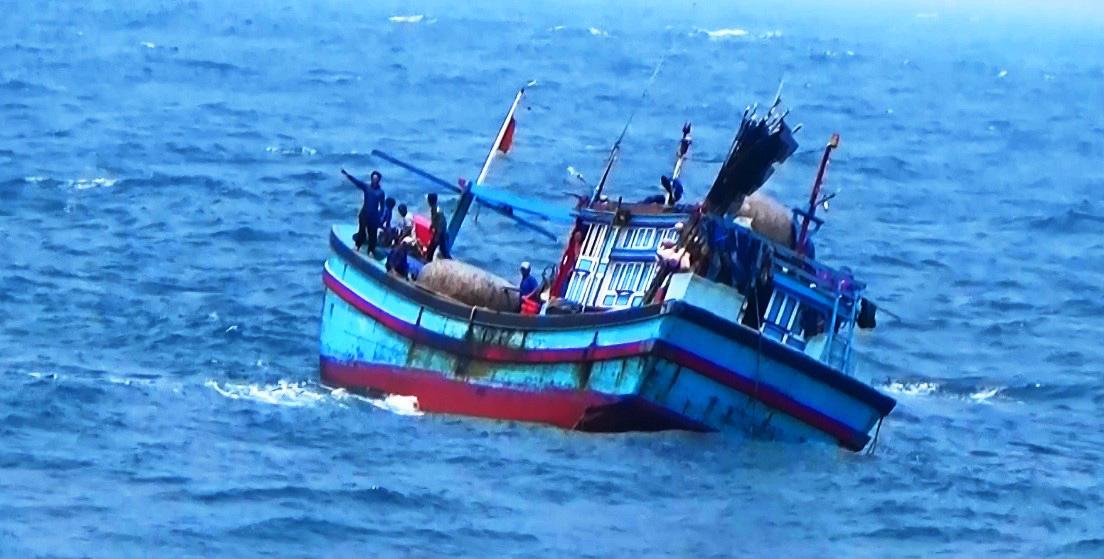Bình Định: Cứu sống 4 thuyền viên gặp nạn do tàu cá bị phá nước - Ảnh 1.