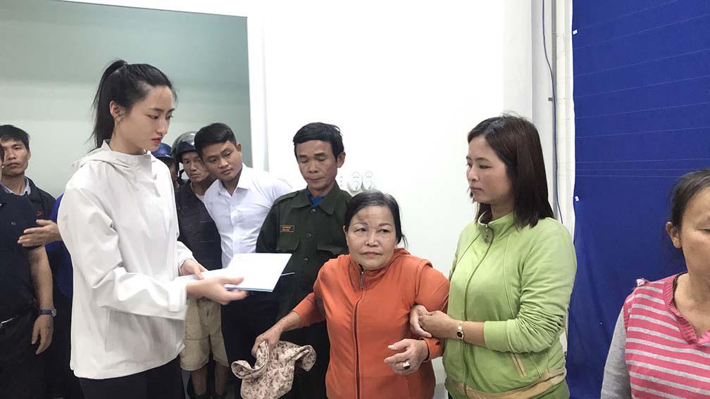 Đỗ Mỹ Linh, Tiểu Vy, trao hơn 200 triệu cho đồng bào miền Trung  - Ảnh 6.
