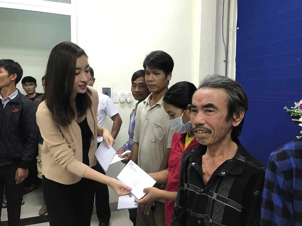 Đỗ Mỹ Linh, Tiểu Vy, trao hơn 200 triệu cho đồng bào miền Trung  - Ảnh 1.