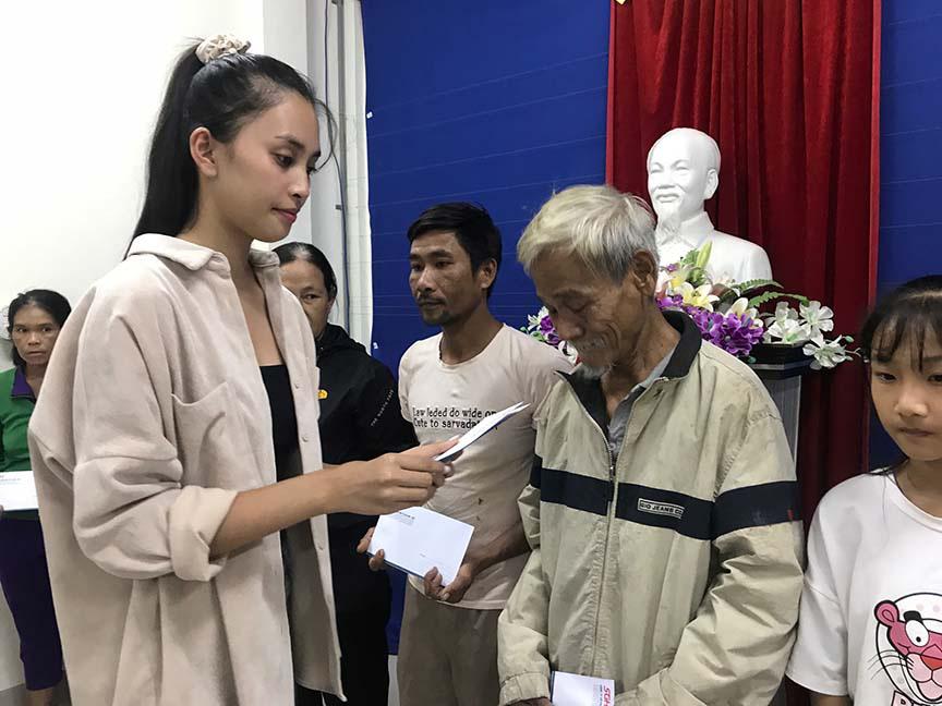 Đỗ Mỹ Linh, Tiểu Vy, trao hơn 200 triệu cho đồng bào miền Trung  - Ảnh 4.