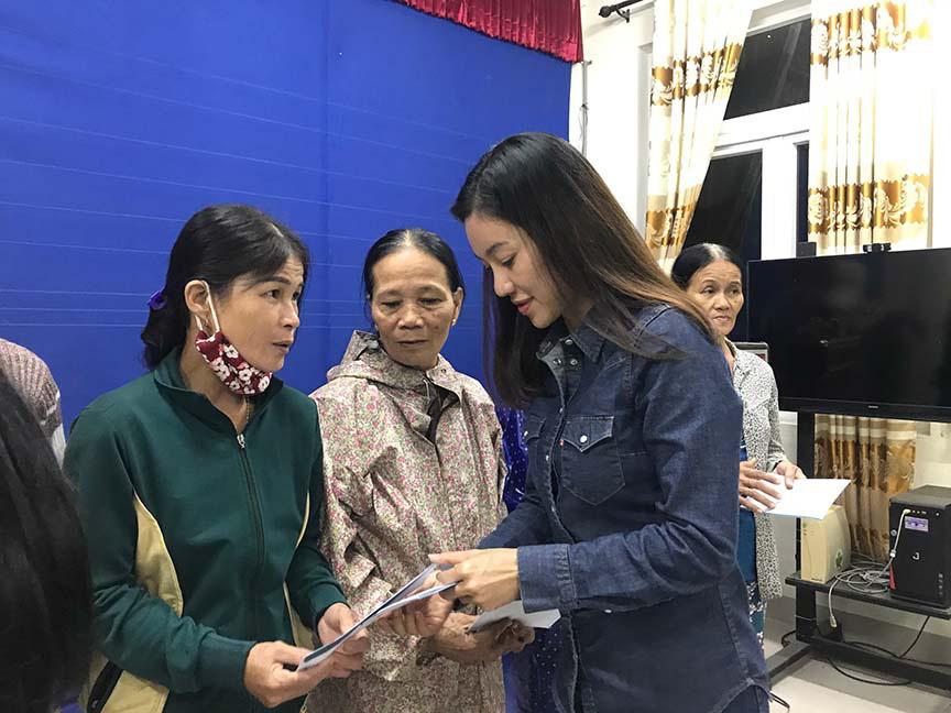 Đỗ Mỹ Linh, Tiểu Vy, trao hơn 200 triệu cho đồng bào miền Trung  - Ảnh 2.
