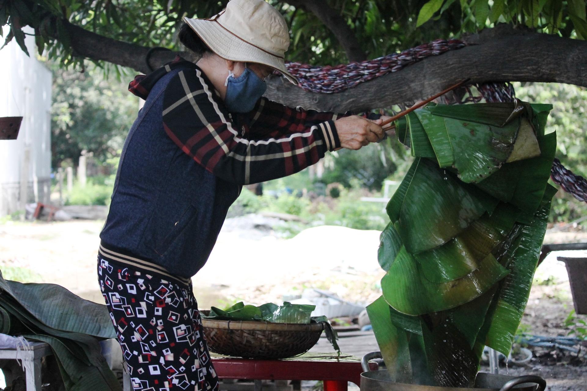 Người dân Khánh Hòa gói hàng ngàn chiếc bánh chưng, bánh tét hỗ trợ đồng bào miền Trung - Ảnh 2.