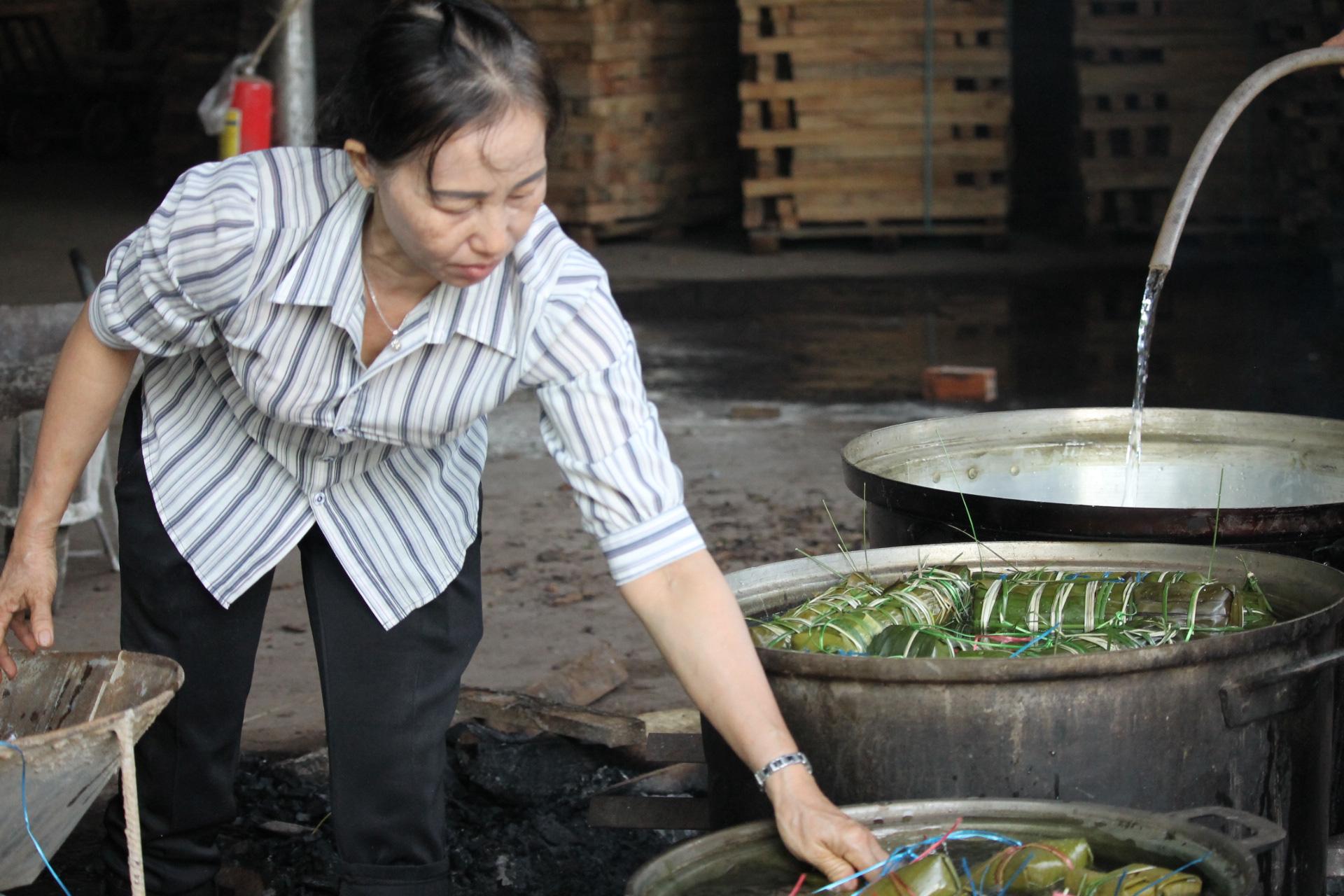 Người dân Khánh Hòa gói hàng ngàn chiếc bánh chưng, bánh tét hỗ trợ đồng bào miền Trung - Ảnh 1.