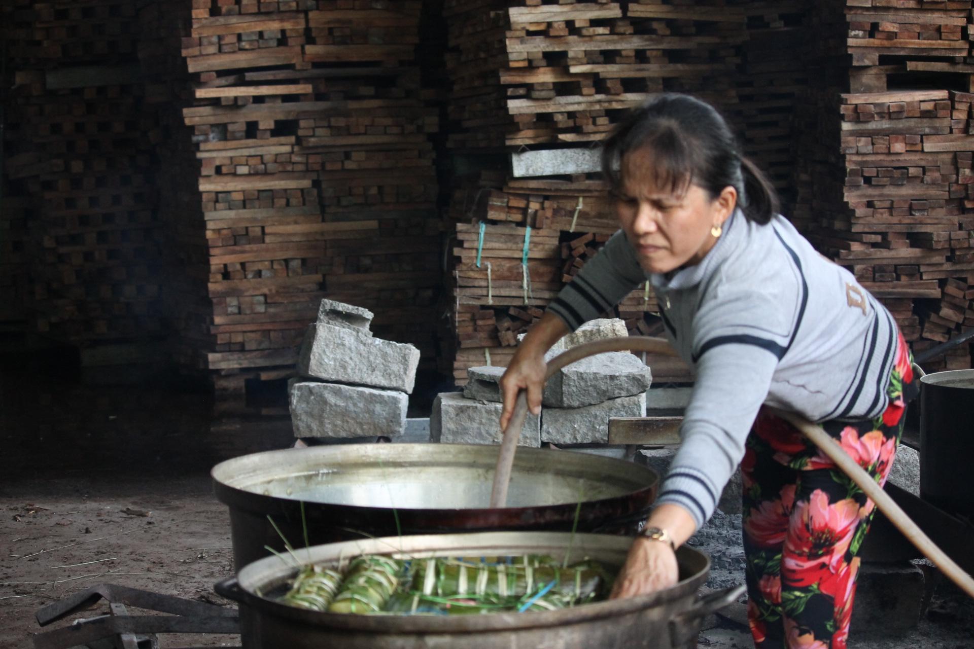 Người dân Khánh Hòa gói hàng ngàn chiếc bánh chưng, bánh tét hỗ trợ đồng bào miền Trung - Ảnh 6.