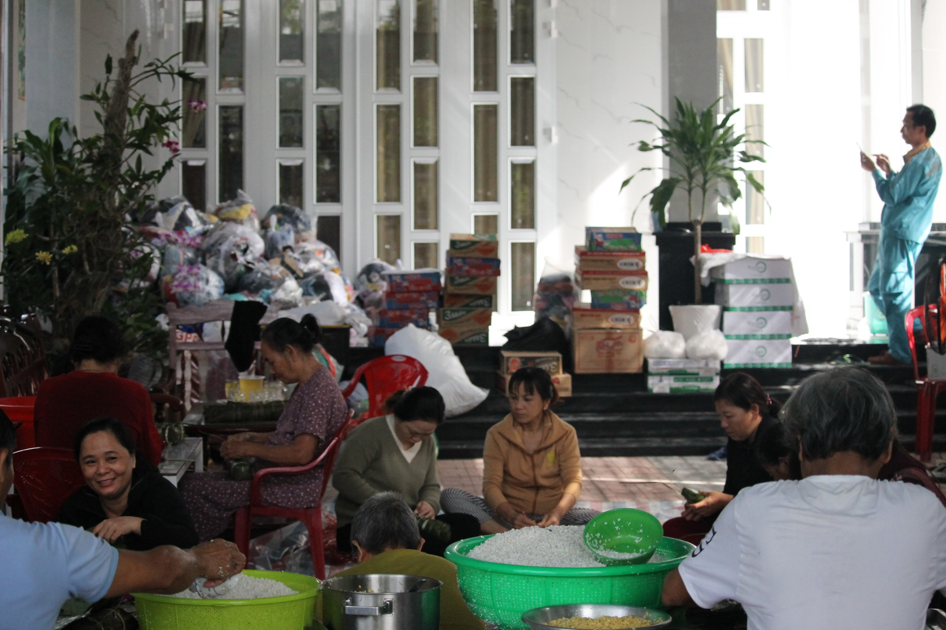 Người dân Khánh Hòa gói hàng ngàn chiếc bánh chưng, bánh tét hỗ trợ đồng bào miền Trung - Ảnh 3.