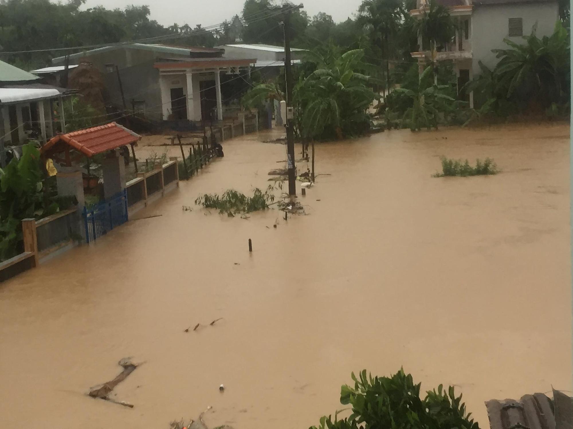 """NHNN chỉ đạo """"nóng"""", hỗ trợ người dân khắc phụ hậu quả do mưa lũ. - Ảnh 1."""