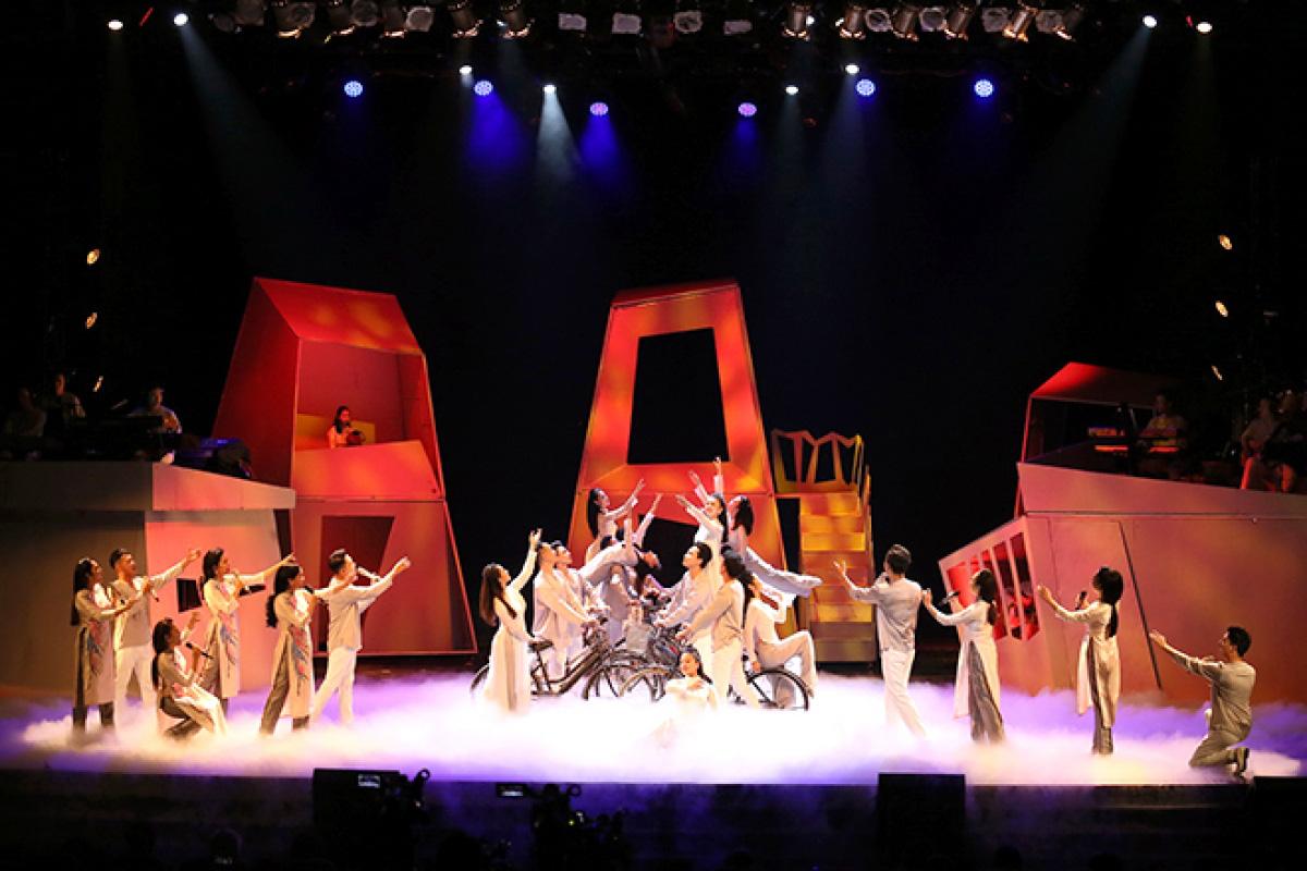 Kỷ niệm 60 năm, Nhà hát Ca múa nhạc Thăng Long đón Huân chương Lao động hạng Ba  - Ảnh 2.