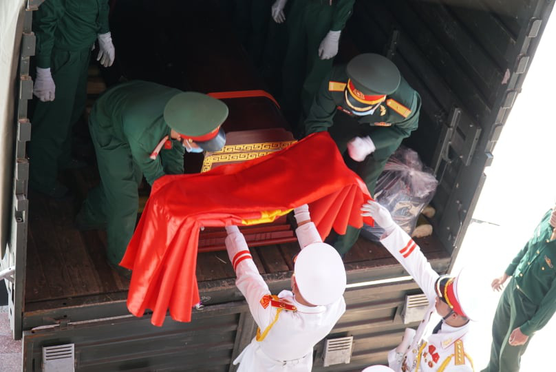 Nước mắt tiễn biệt 22 liệt sĩ Đoàn 337 hy sinh do sạt lở tại Quảng Trị  - Ảnh 2.
