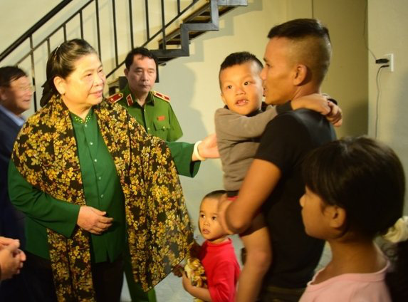 Phó Chủ tịch Thường trực Quốc hội thăm, tặng quà người dân di dời khỏi Kinh thành Huế  - Ảnh 1.