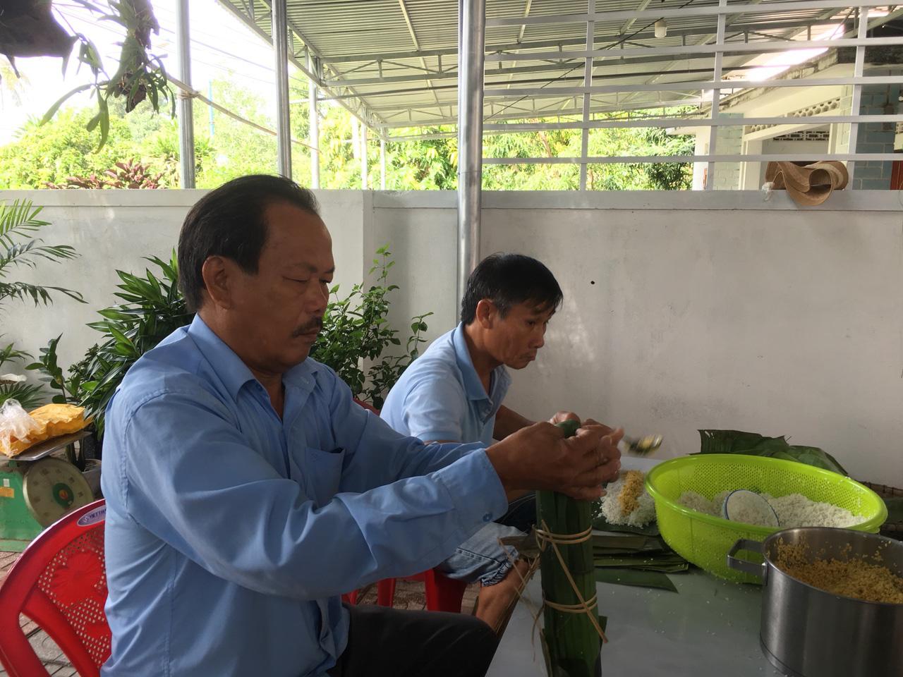 Người dân Khánh Hòa gói hàng ngàn chiếc bánh chưng, bánh tét hỗ trợ đồng bào miền Trung - Ảnh 5.