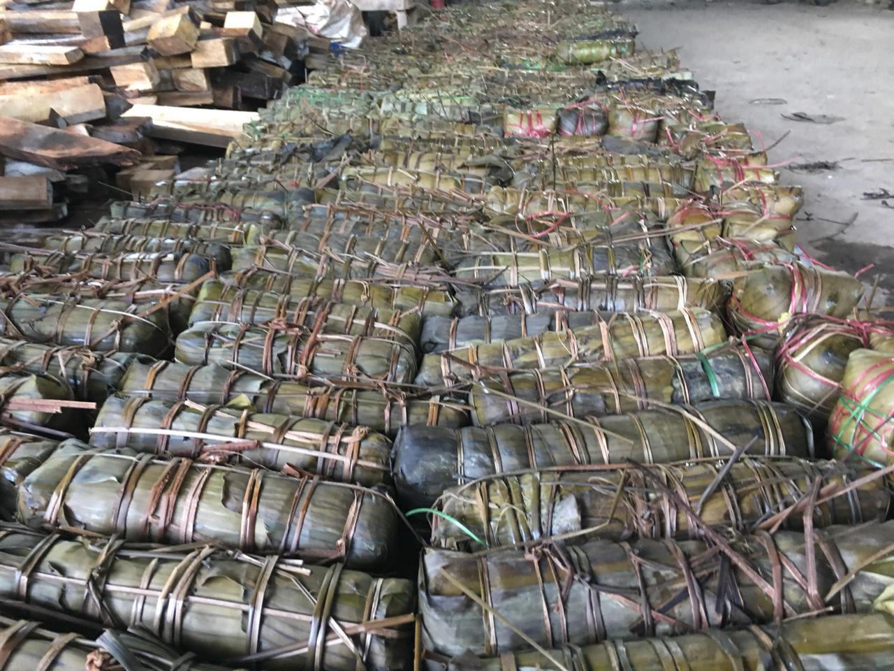 Người dân Khánh Hòa gói hàng ngàn chiếc bánh chưng, bánh tét hỗ trợ đồng bào miền Trung - Ảnh 4.