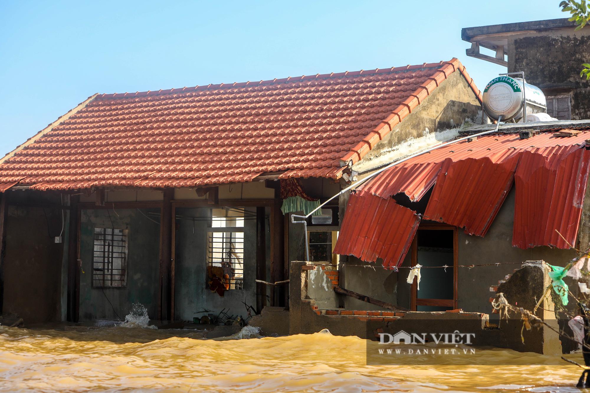 Nhà 30 người mắc kẹt trong lũ Quảng Bình vỡ òa khi có đoàn tiếp tế - Ảnh 2.