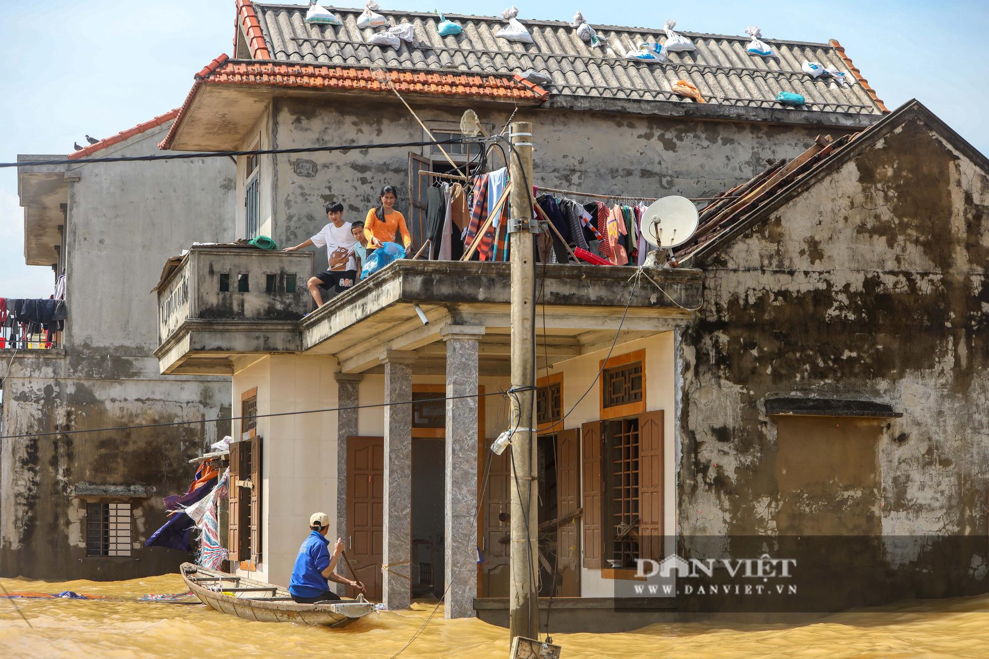 Nhà 30 người mắc kẹt trong lũ Quảng Bình vỡ òa khi có đoàn tiếp tế - Ảnh 3.