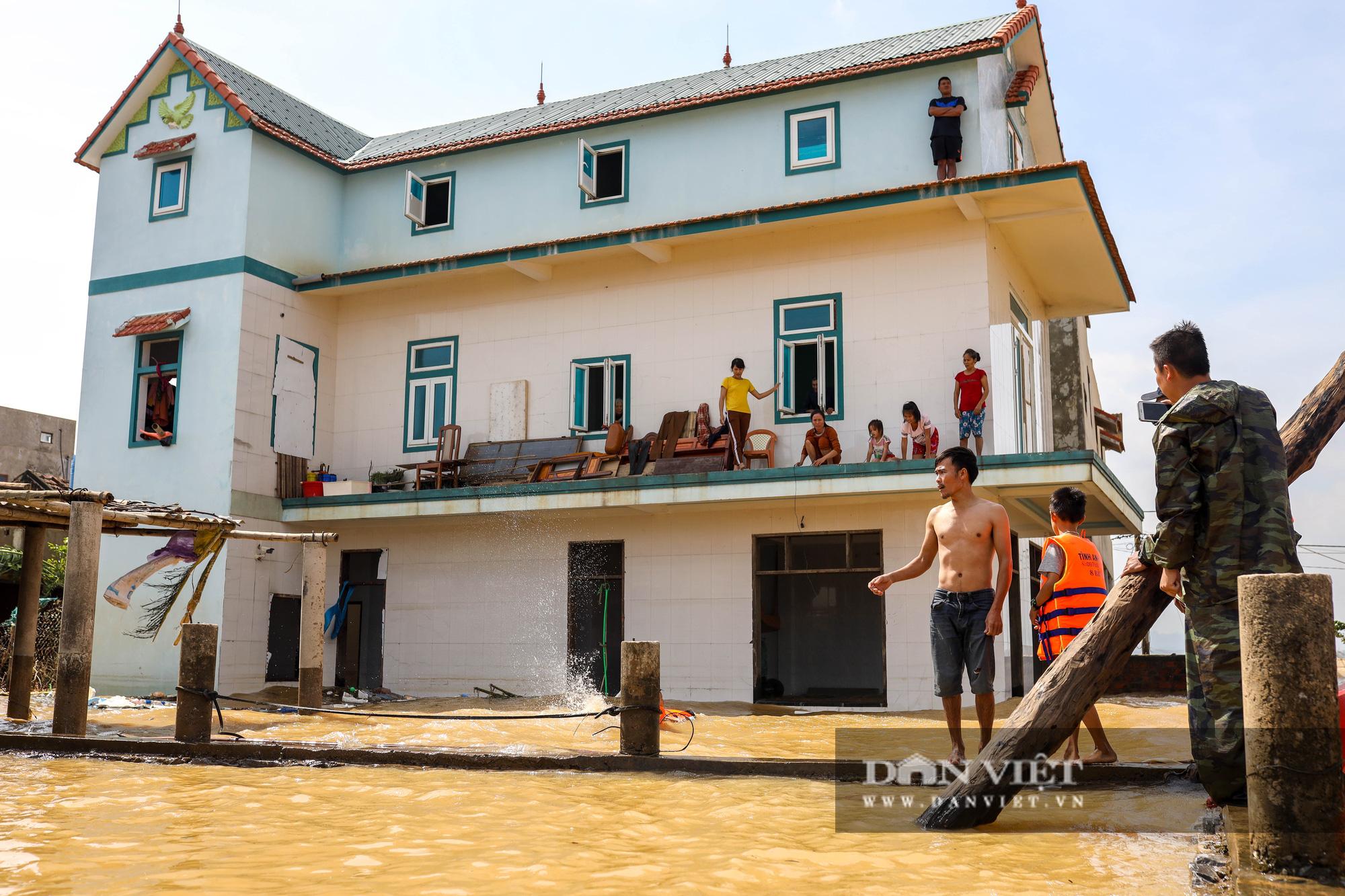 Nhà 30 người mắc kẹt trong lũ Quảng Bình vỡ òa khi có đoàn tiếp tế - Ảnh 6.