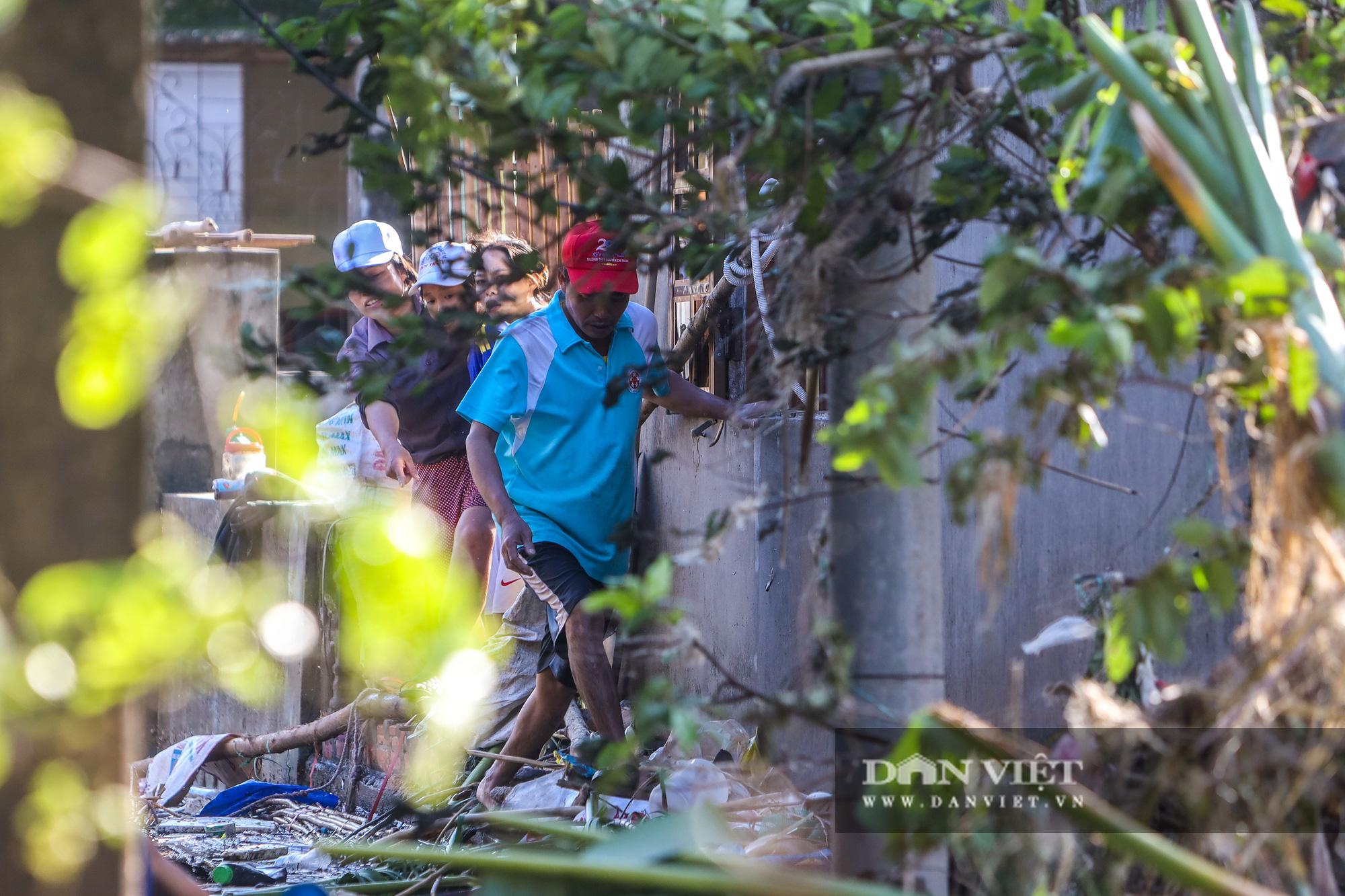 Nhà 30 người mắc kẹt trong lũ Quảng Bình vỡ òa khi có đoàn tiếp tế - Ảnh 12.