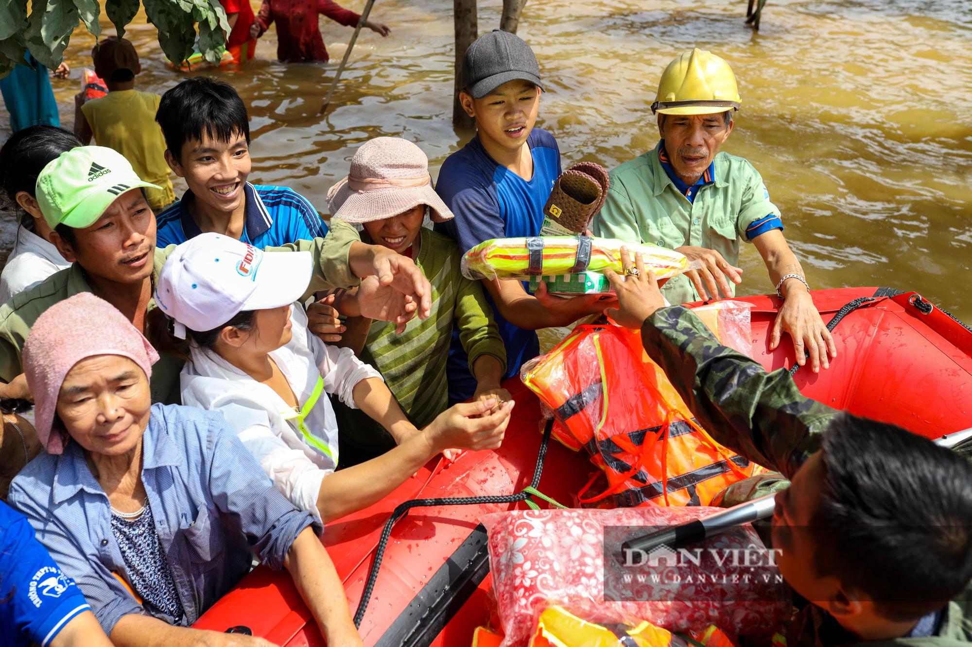 Nhà 30 người mắc kẹt trong lũ Quảng Bình vỡ òa khi có đoàn tiếp tế - Ảnh 14.