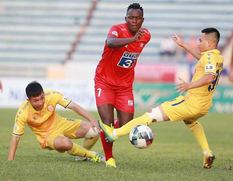"""DNH.Nam Định từng thua Hải Phòng 0-2 ở vòng 6 giai đoạn 1 V.League trong một trận đấu mà họ bị trọng tài """"ép"""" tơi tả."""
