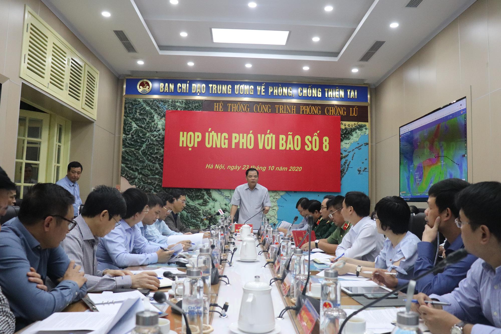 Chưa từng có: Một tháng đón 5 cơn bão, áp thấp, Hà Tĩnh, Thừa Thiên - Huế nguy cơ mưa lớn do bão số 8 - Ảnh 1.