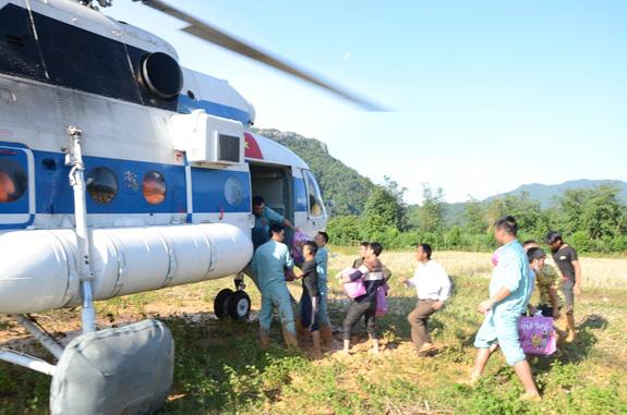 Tiếp tế hơn 2 tấn lương thực cho nhân dân vùng lũ Quảng Trị - Ảnh 2.