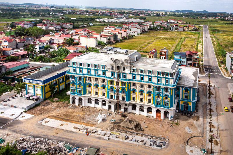 Xây dựng khách sạn mới tại huyện Việt Yên. Ảnh: @Linh Phạm / Bloomberg.