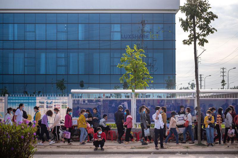 Công nhân tiến vào nhà máy Luxshare ICT tại Khu công nghiệp Vân Trung, huyện Việt Yên. Ảnh: @Linh Phạm / Bloomberg.