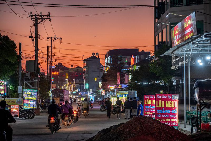 Nhà hàng và dịch vụ cho công nhân nhà máy trên một con phố gần Khu công nghiệp Vân Trung. Ảnh: @Linh Phạm / Bloomberg.