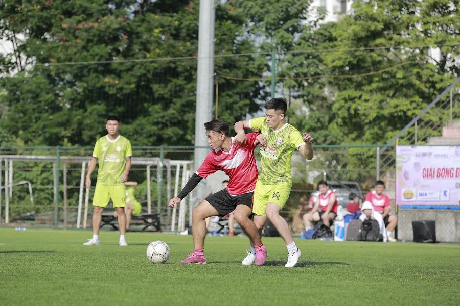 Anh Văn (số 14) lên công về thủ không biết mệt mỏi và đóng góp 2 bàn trong chiến thắng 4-2 của chủ nhà Nông thôn Ngày nay/Dân Việt trước ZingNews. Ảnh: Phạm Hưng